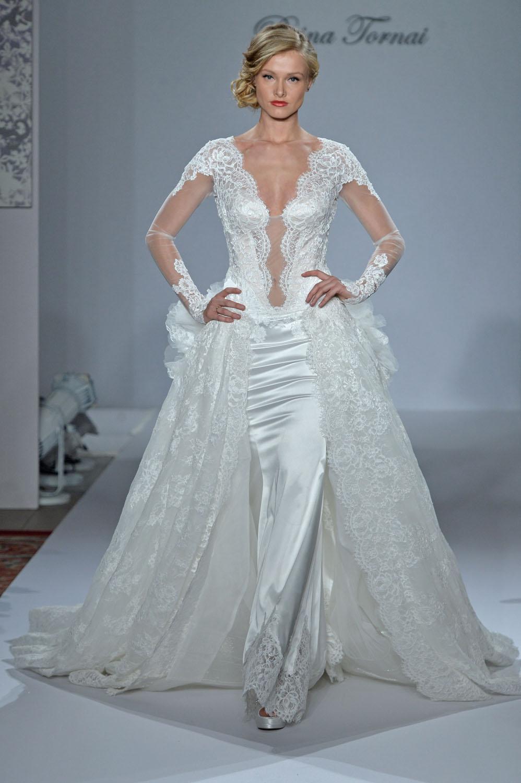 Среди различных фасонов платьев, хотелось бы выделить струящиеся платья в пол, длинные платья с высоким вырезом, достающим до бедра, а также пышные вечерние