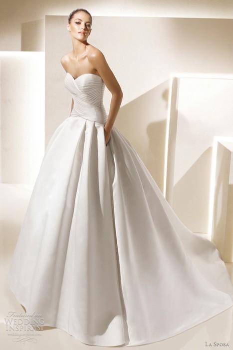 Очень простое и элегантное платье имеет удивительно вписывающиеся карманы